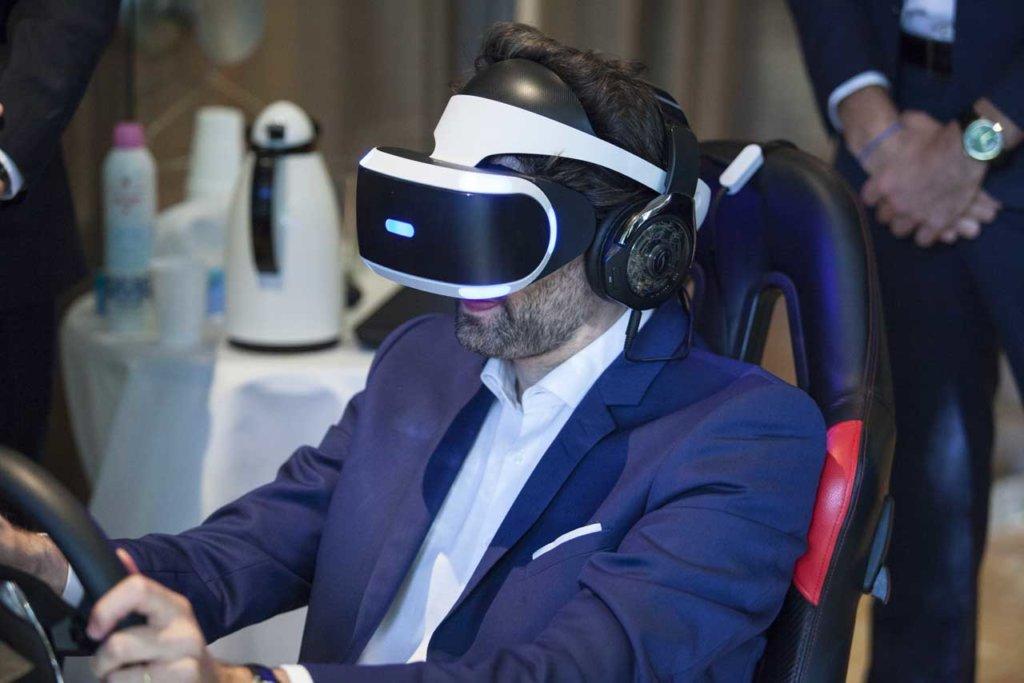 Homme testant la conduite en VR