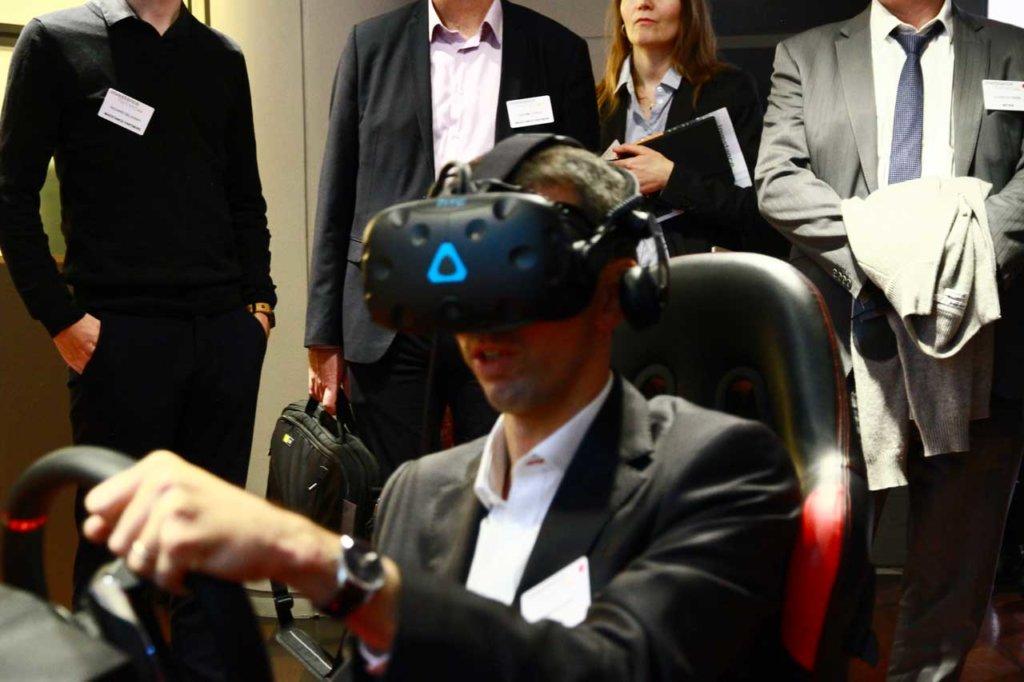Homme testant la VR
