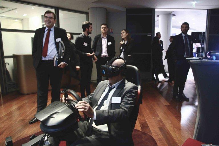 homme qui essaie un casque de Réalité Virtuelle au cours d'un team building