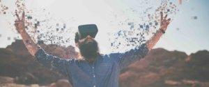 homme avec un casque de Réalité Virtuelle qui est heureux