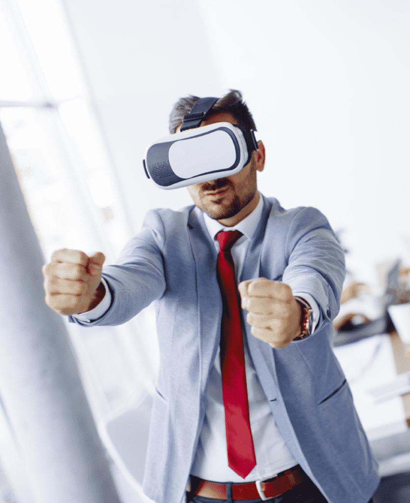 Homme avec casque de réalité virtuelle conduisant