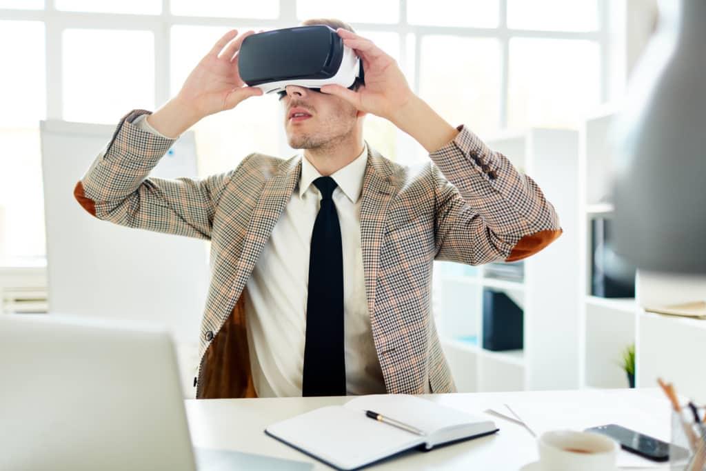Homme avec casque de réalité virtuelle