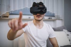 Homme avec casque de VR