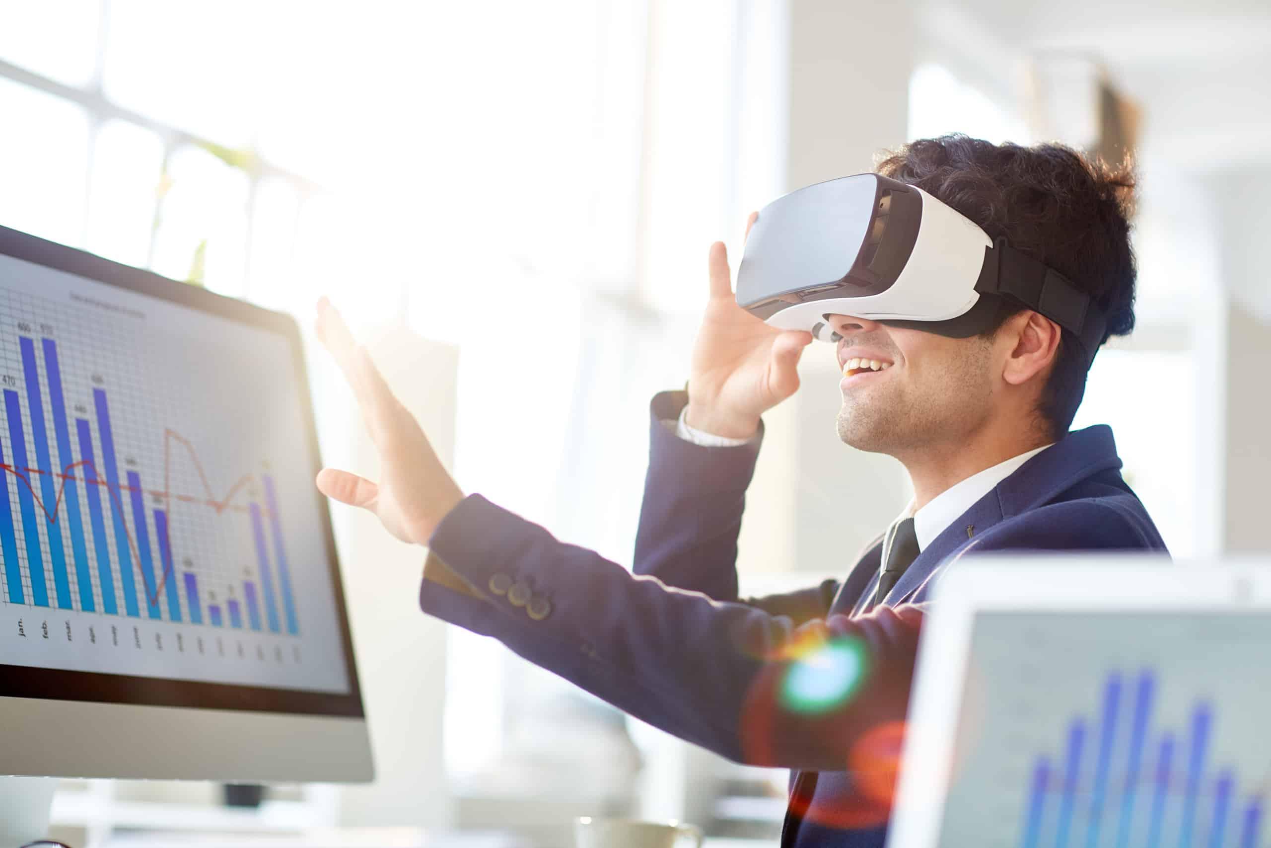 Homme portant casque de réalité virtuelle observant un showroom virtuel