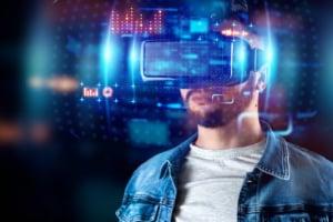 Homme avec casque de réalité virtuelle projetant un hologramme