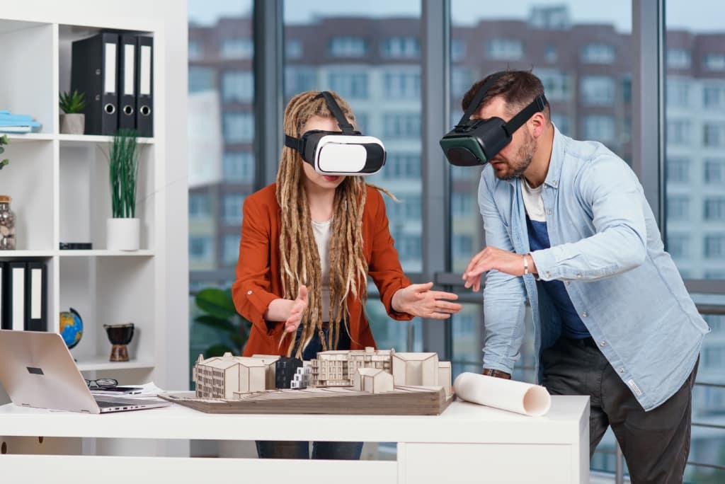 Architectes discutant d'un projet en réalité virtuelle