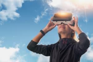 Femme portant casque de réalité virtuelle au soleil