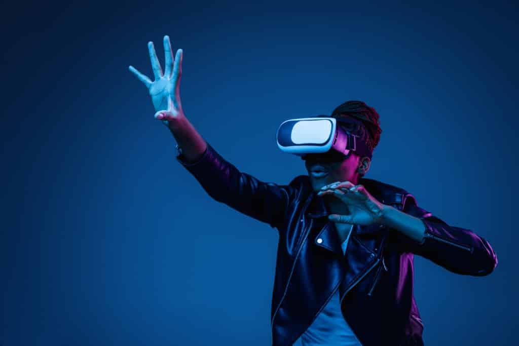 Personne avec casque de réalité virtuelle