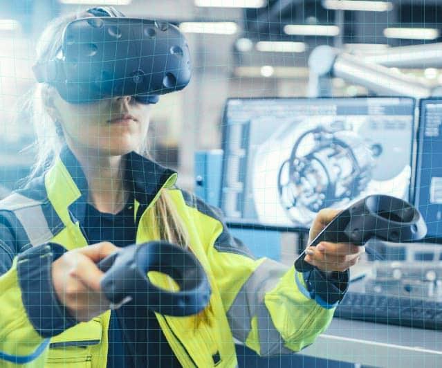 Femme qui utilise la réalité virtuelle dans le secteur de l'industrie