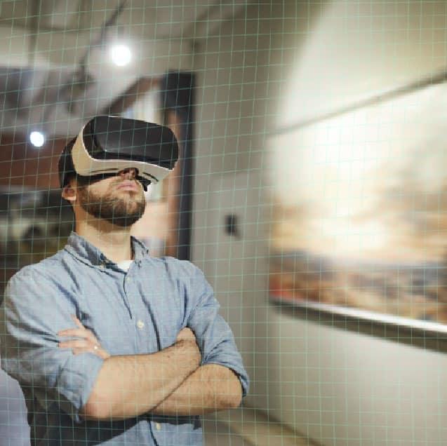 Homme qui visite une galerie d'art en réalité virtuelle