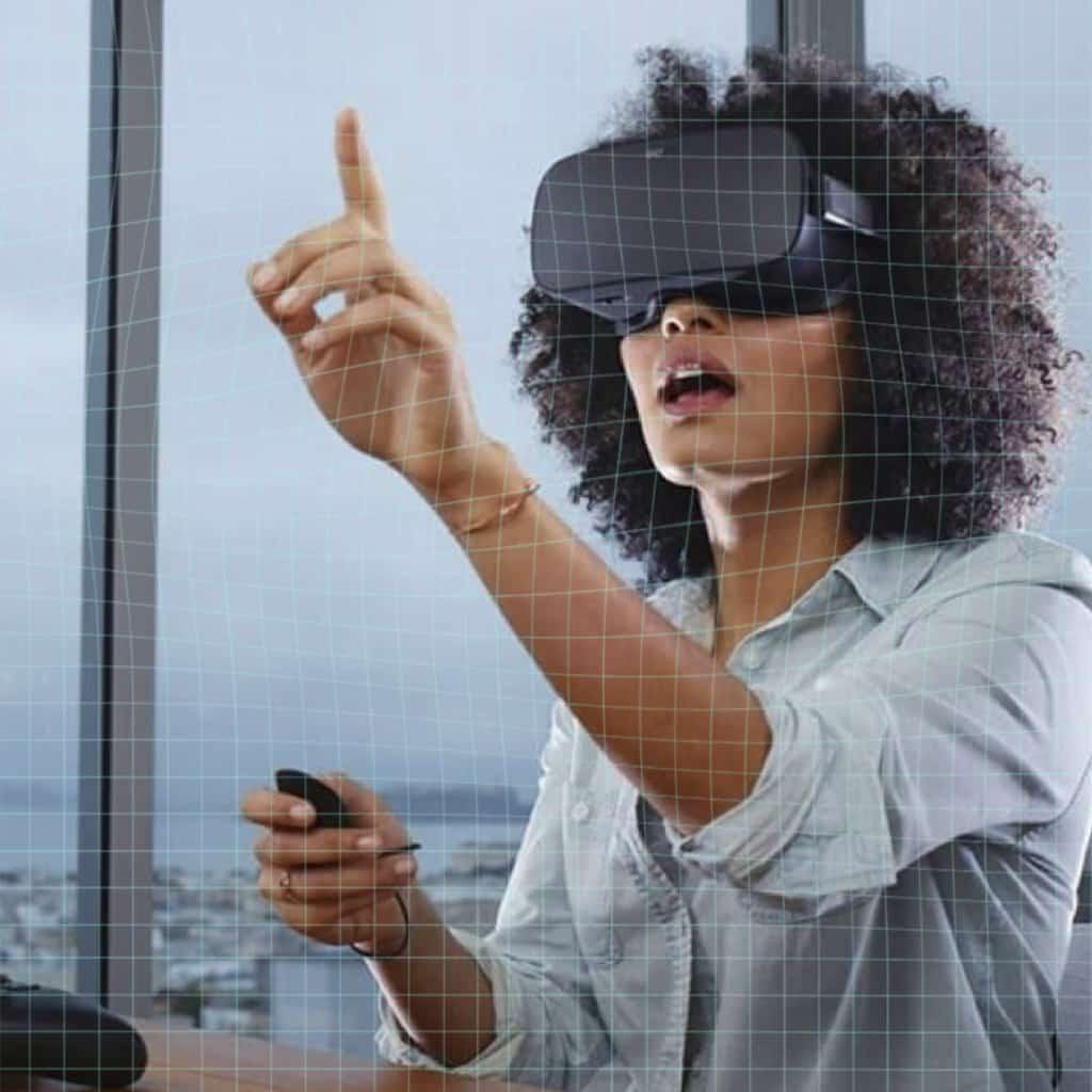 Femme qui porte un casque de réalité virtuelle