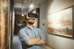 Homme qui regarde des tableaux en réalité virtuelle