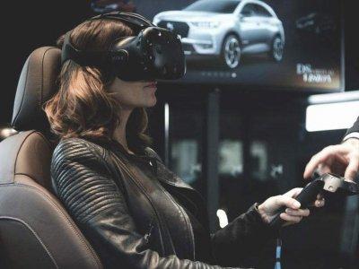 femme qui porte un casque de réalité virtuelle dans un salon