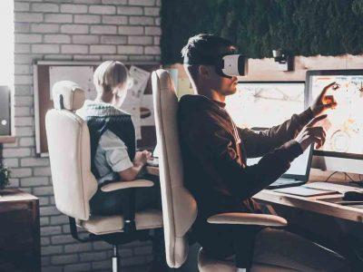 Homme assit face à son bureau qui utilise la VR pour ses projets