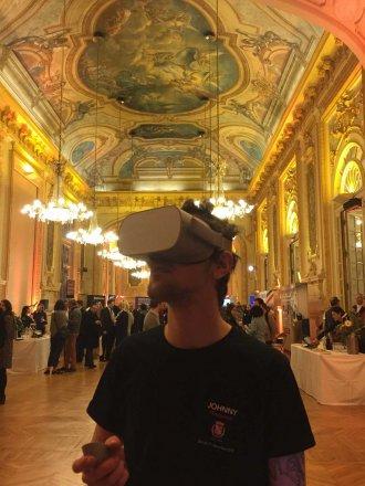 homme dans un superbe lieu portant un casque de VR