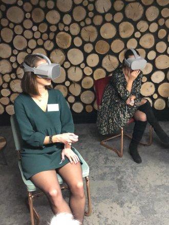 Femmes avec des équipements VR